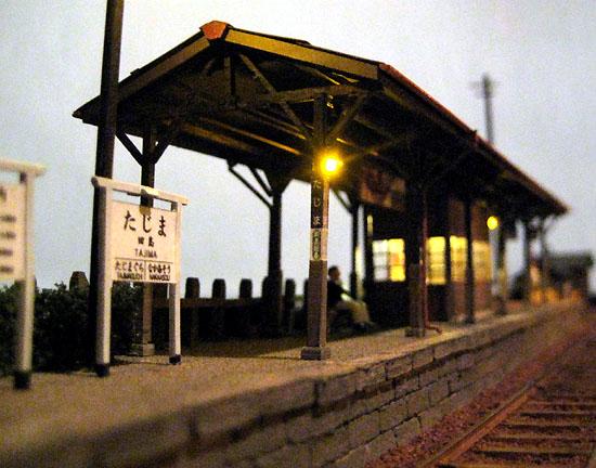 暮れなずむ駅風景。